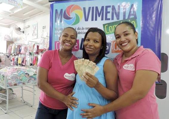 Micheli, vendedora que atendeu a ganhadora Flaviana e a gerente Donária da loja Imperatriz Bebe & Cia
