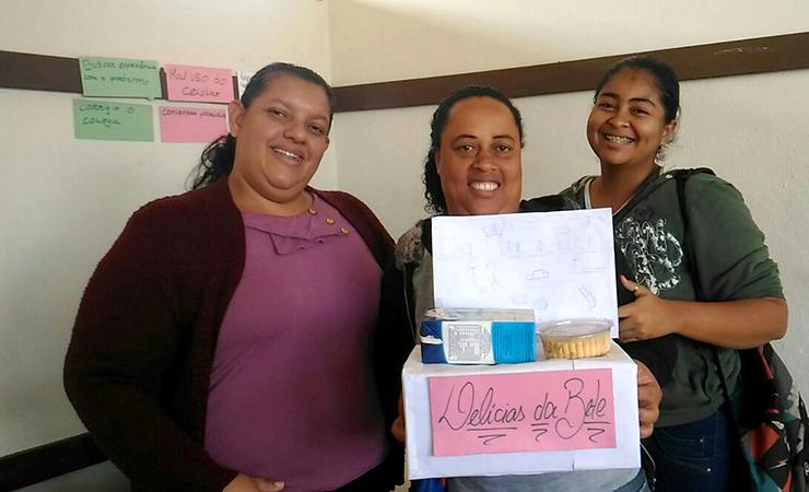 Elisabete (centro) com as colegas de curso no 'Crescendo e empreendendo. Foto: Divulgação / ACS Fundação Aperam Acesita