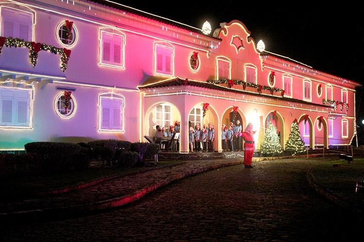 Na oportunidade, o público poderá contemplar a decoração natalina que orna o prédio histórico.