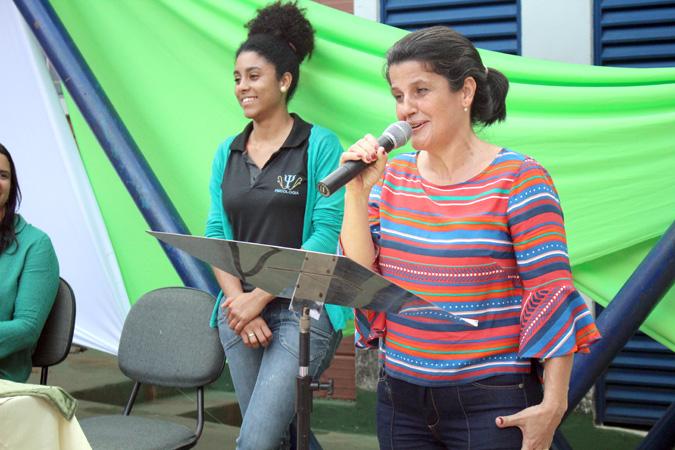"""Maria Helena Teixeira Barcelos, diretora da Escola Municipal """"Ana Moura"""", na solenidade do projeto Educando para a cidadania"""