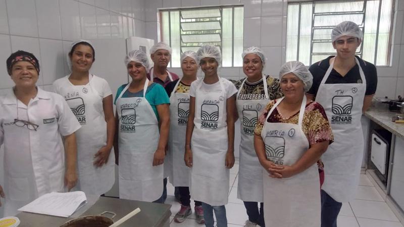 Ao todo, oito alunos, entre produtores rurais e familiares de produtores do Cocais, zona rural de Coronel Fabriciano, aprenderam técnicas para a produção de doces e salgados para festas