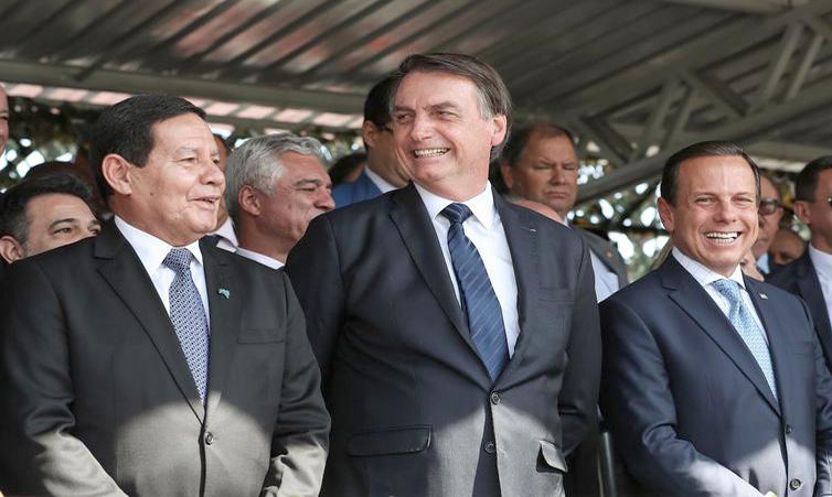 O presidente Jair Bolsonaro, o vice-presidente Hamilton Mourão e o governador de São Paulo, João Doria, na solenidade no Comando Militar do Sudeste - Marcos Corrêa/PR. Foto: Agência Brasil.