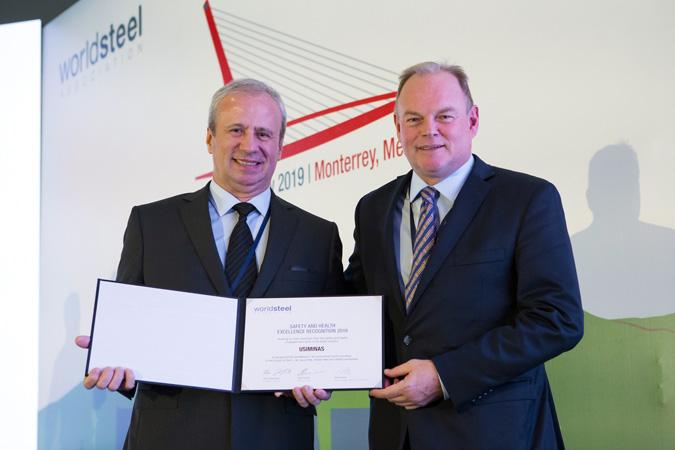 O presidente da Usiminas, Sergio Leite, recebe a homenagem ao SISU, do vice-presidente do Conselho de Administração da Gerdau, André Gerdau - Foto:  World Steel Association