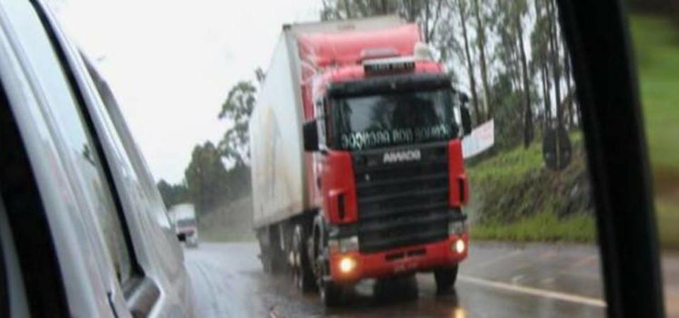 automóvel_-_foto_-_caminhão_-_chuva_-_estrada_-_veículo_-_transporte_-__pista_-_asfalto_-_cred_Bernadete_Amado (1)