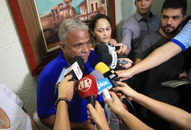 Durante a coletiva de impressa o prefeito Nardyello Rocha decretou estado de emergência no município