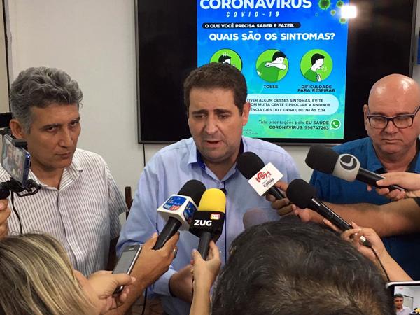 As medidas foram anunciadas pelo prefeito Dr. Marcos Vinicius, acompanhado dos secretários de Saúde, Ricardo Cacau, e de Educação, Serra Negra
