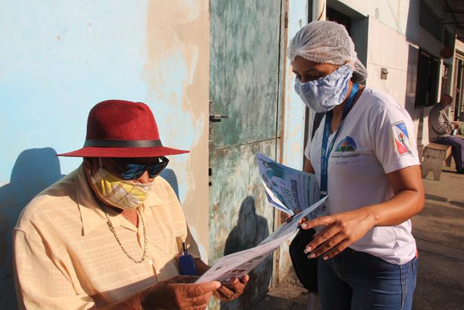Durante a visita aos idosos, os agentes também atualizam os dados e entregam os medicamentos de uso contínuo
