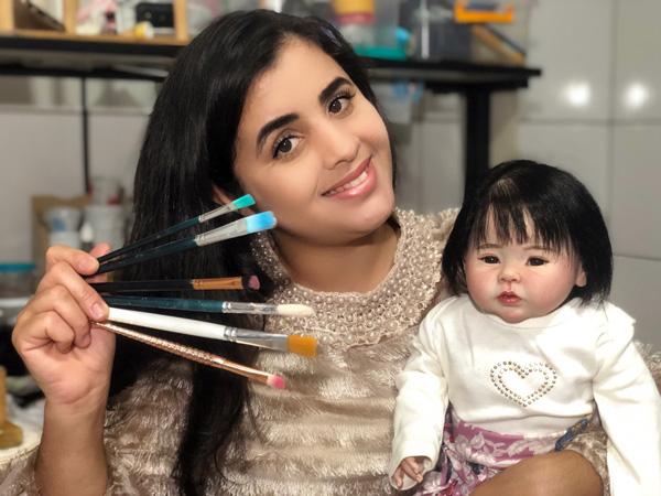 A artesã Keila Rodrigues transforma uma boneca comum em semelhante ao real