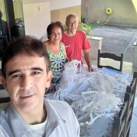 A arte de ajudar o próximo: Carlos Mafra envolveu seus pais no voluntário na confecção de máscaras e capotes
