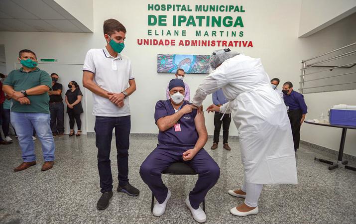 A primeira pessoa a receber a vacinação em Ipatinga foi o enfermeiro Robson Neves Rodrigues, 46 anos