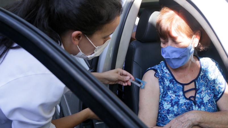 Cerca de 900 pessoas receberam a primeira dose do imunizante em 8 locais estratégicos, distribuídos nas sete regionais administrativas da cidade